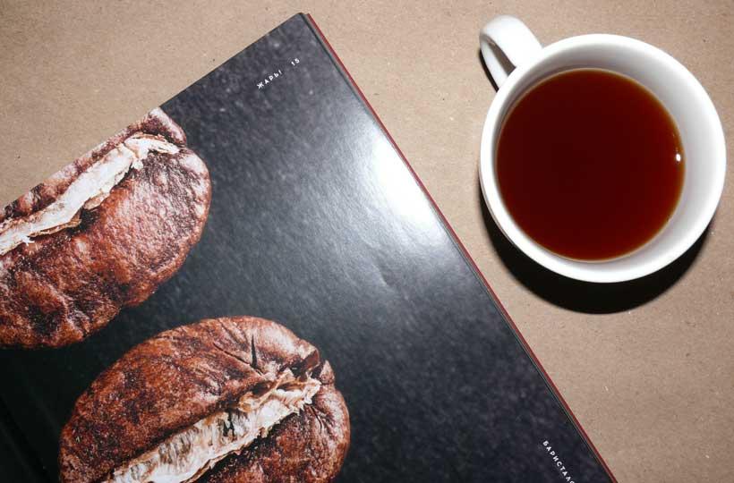 Фото: кофе, все еще покрытый слизью, вливается в бродильные чаны, где он остается до следующего утра.